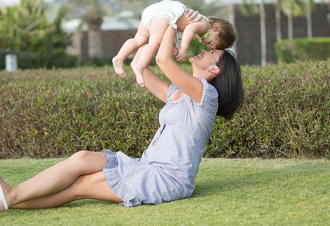 jouer et taquiner bébé
