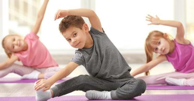 groupe avec yoga pour enfants