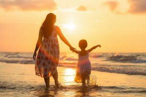 Maman et son enfant sur la plage